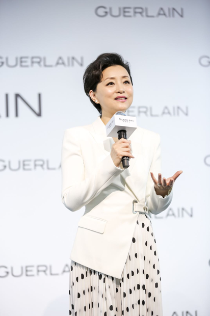 图:法国娇兰品牌挚友杨澜女士于活动现场分享LAN香水背后的儿时记忆和情感故事.png
