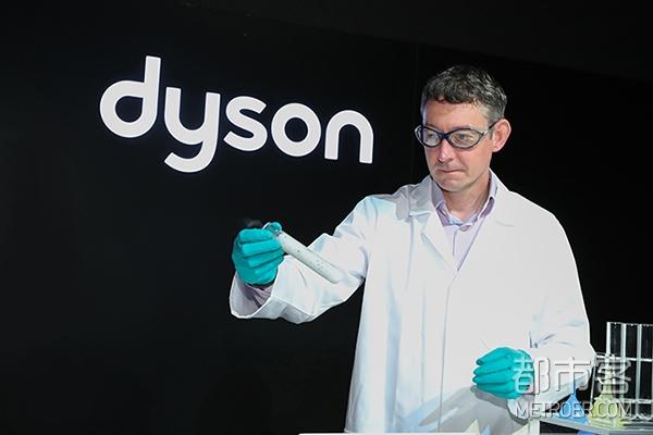 戴森研究负责人Nathan Brown在Dyson Pure Cryptomic空气净化风扇新品发布现场