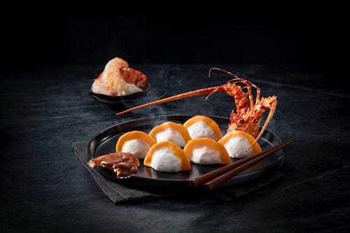 当今中国最重量级大吃货沈宏非亲自创作的白松露酱龙虾饺子,每客售价澳门币288元。
