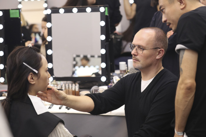 3. Dior迪奥彩妆创意与形象总监Peter Philips为模特打造妆容-1.jpg