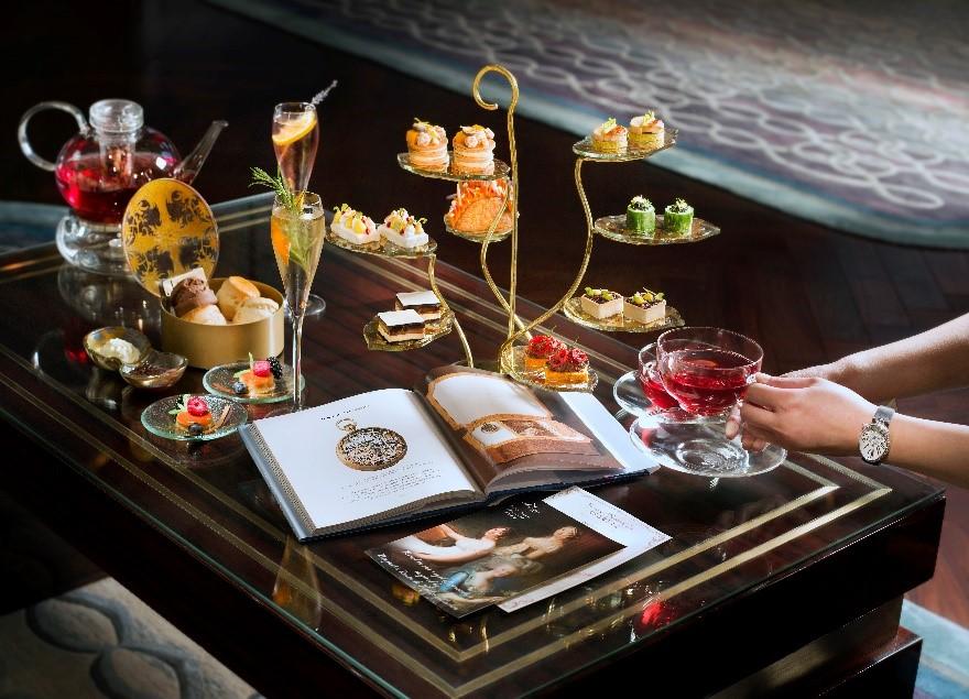 丽思酒廊与宝玑联乘的期间限定下午茶每两位收费澳门币488元*,另设有澳门币688元*下午茶套餐,额外享用两杯巴黎之花香槟。