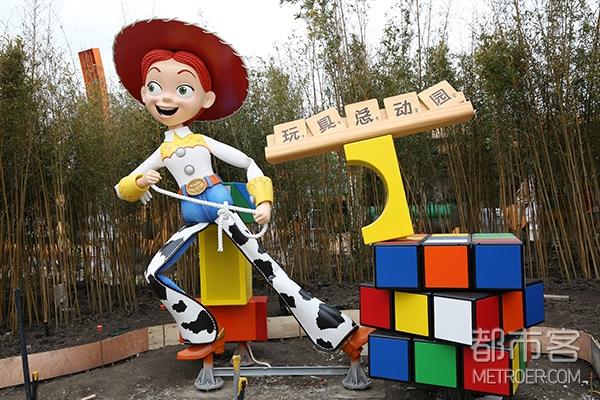 """牛仔翠丝站在""""迪士尼·皮克斯玩具总动园""""的入口处,准备好在今年4月迎接首批游客"""