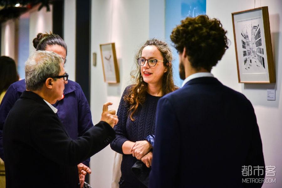展览开幕式现场照  画家在展览现场与来宾交流创作理念
