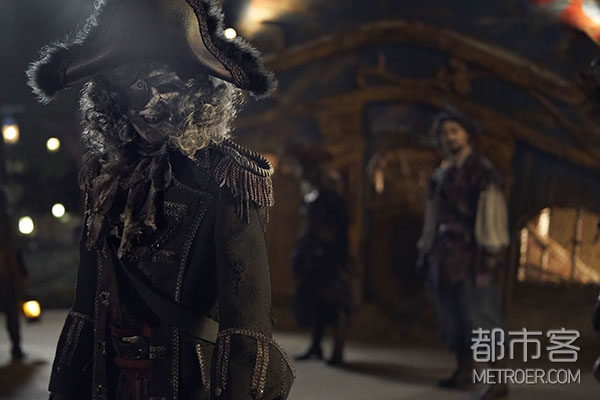 """幽灵海盗们如鬼魅般游走在""""宝藏湾""""的各个角落"""